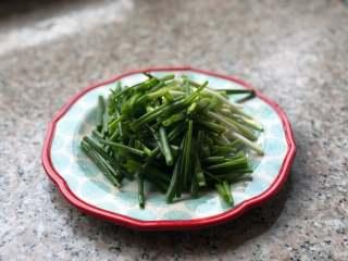 葱油拌面,小葱摘洗干净,切成葱段。
