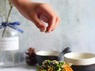 葱油拌面,放上木鱼花和海苔丝,再撒上一点小葱花拌匀,好吃。