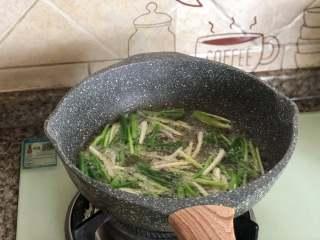 葱油拌面,放入葱段。分次放入,不然油温会迅速下降。