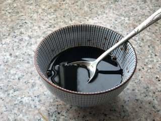 葱油拌面,生抽、老抽、糖和盐,混合均匀。