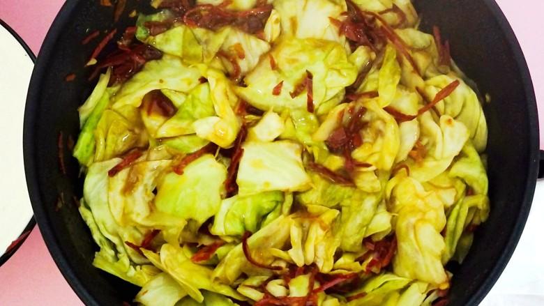 零基础手撕包菜,加入少量水和醋,焖5分钟。