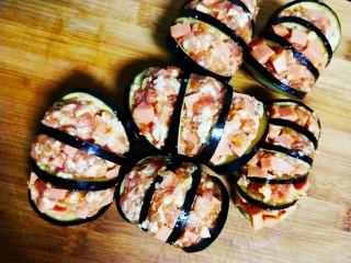火腿肠肉沫灯笼茄子,将火腿肠肉沫装入到茄子中