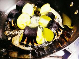 火腿肠肉沫灯笼茄子,锅中倒油,油热后将茄子放进去