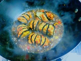 火腿肠肉沫灯笼茄子,倒入炸好的茄子,将汤汁浇灌在茄子上,均匀后就可以出锅了