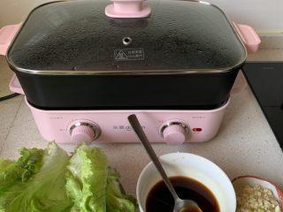 蚝油生菜,料理锅中烧水