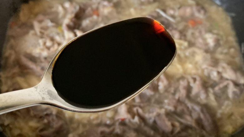 酸汤肥牛,<a style='color:red;display:inline-block;' href='/shicai/ 788'>生抽</a>调味,肥牛煮熟即可,倒入金针菇碗中