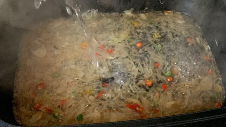 酸汤肥牛,加适量水,煮开