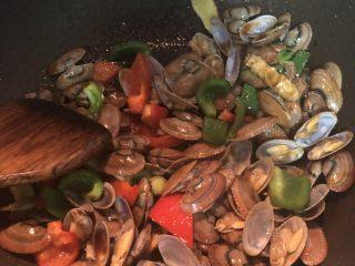 彩椒炒花甲,翻炒均匀入味,即可出锅