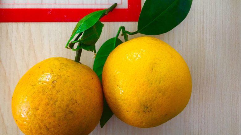 橙香吐司,橙子用盐搓洗干净。