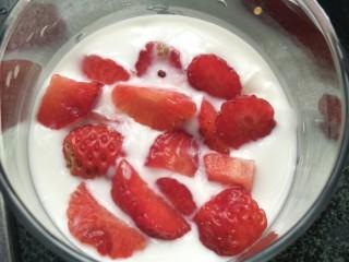 藜麦酸奶水果杯,放上草莓粒
