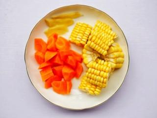 【宝宝辅食】胡萝卜玉米排骨汤,胡萝卜去皮洗净切滚刀块,玉米去须洗净切小块,姜去皮切片。