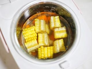 【宝宝辅食】胡萝卜玉米排骨汤,放入美的亲子煲中。