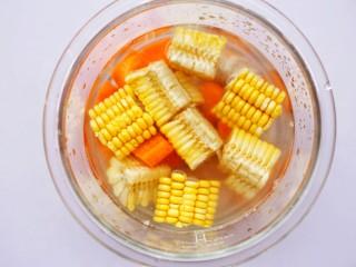 【宝宝辅食】胡萝卜玉米排骨汤,加姜片料酒,加入刚刚没过食材的清水。