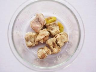 【宝宝辅食】胡萝卜玉米排骨汤,锅中放入排骨
