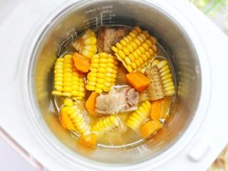 【宝宝辅食】胡萝卜玉米排骨汤,开盖。