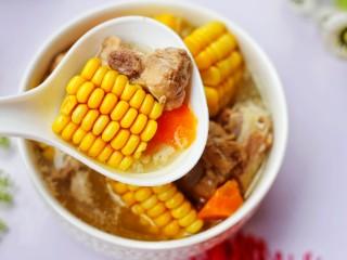 【宝宝辅食】胡萝卜玉米排骨汤,宝宝超爱。