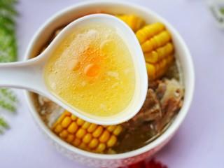 【宝宝辅食】胡萝卜玉米排骨汤,汤特鲜甜。