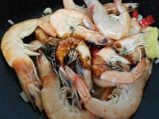 红烧对虾,加入适量老抽上色