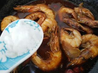 红烧对虾,加入一小勺白糖调味,可以不用加盐味道刚刚好,具体根据菜量调节