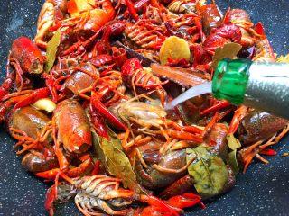 麻辣小龙虾,倒入1瓶啤酒,是大瓶的哦,翻炒均匀,盖上盖子焖15分钟。