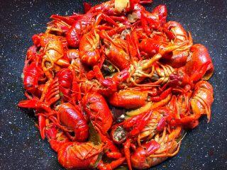 麻辣小龙虾,焖好加入少许鸡精翻炒均匀即可出锅。