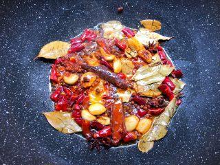 麻辣小龙虾,加入2勺郫县豆瓣酱炒出红油,再加入八角,桂皮,香叶,花椒,干辣椒炒出香味。