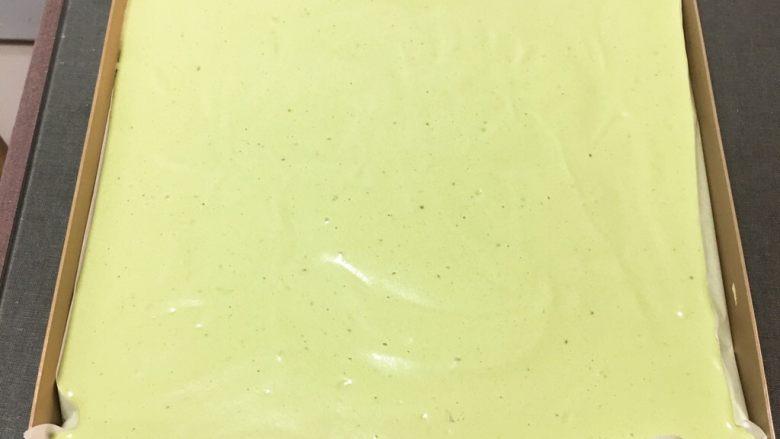 抹茶芒果裸蛋糕,金盘铺上烤盘纸,方便脱模。