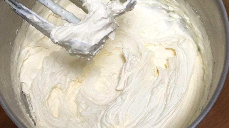 抹茶芒果裸蛋糕,<a style='color:red;display:inline-block;' href='/shicai/ 8197'>淡奶油</a>加入25克细砂糖,用打蛋器高速搅打至浓稠,也就是可以裱花状态,装入裱花袋中。
