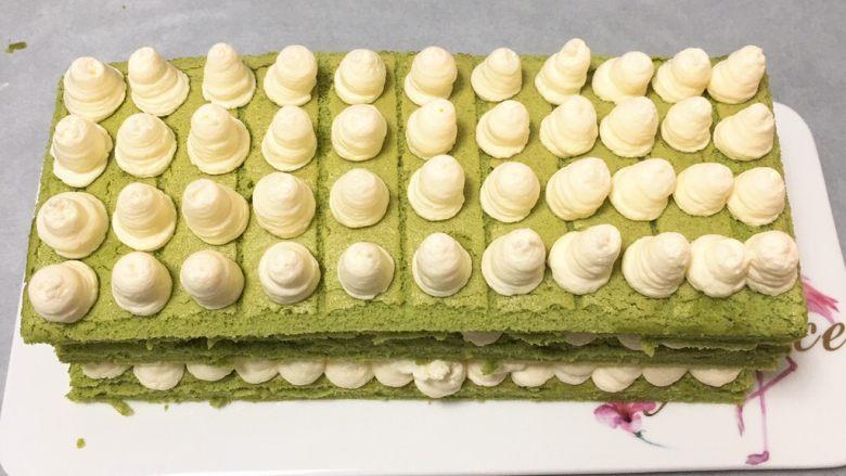 抹茶芒果裸蛋糕,再筛入一些抹茶粉装饰。