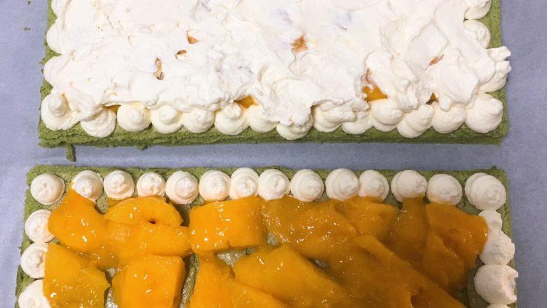 抹茶芒果裸蛋糕,开始组装,芒果上面铺上奶油霜,另一块覆盖上去。