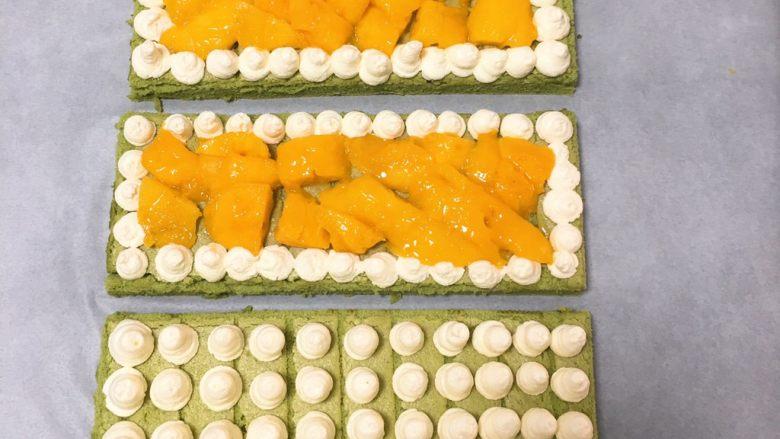抹茶芒果裸蛋糕,蛋糕分成三份,每一份四周挤入奶油霜,中间放<a style='color:red;display:inline-block;' href='/shicai/ 598'>芒果</a>肉,一块挤入奶油霜。