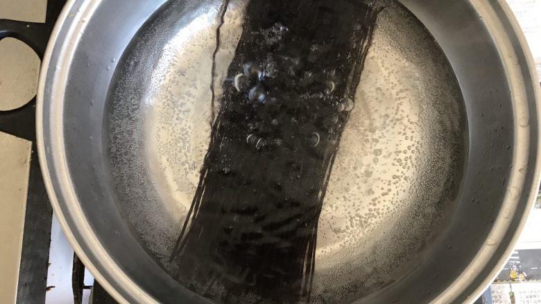 酸辣厥根粉,水烧开后,把厥根粉倒入锅中,中火煮八分钟捞出来