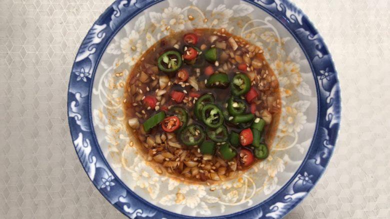 酸辣厥根粉,最后加入适量的青红辣椒段,搅拌均匀备用