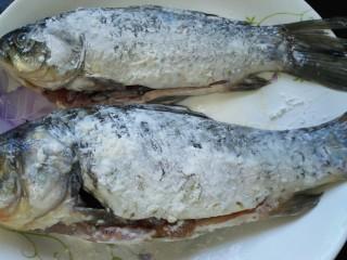香辣鲫鱼,将鱼两面都裹上一层生粉