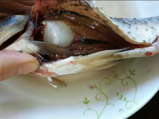 香辣鲫鱼,将鱼肚子里一层黑膜去除并将鱼清洗干净