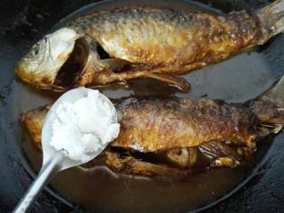香辣鲫鱼,加入一勺白糖调味改小火慢炖
