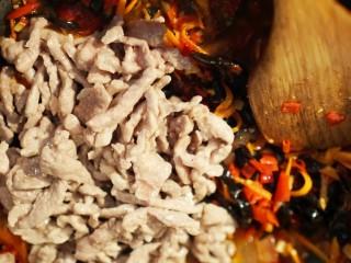 鱼香肉丝,肉丝翻炒  均匀的裹上酱汁就可以啦~