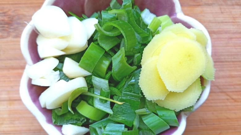 辣白菜鱼片豆腐煲,切好葱,姜,蒜
