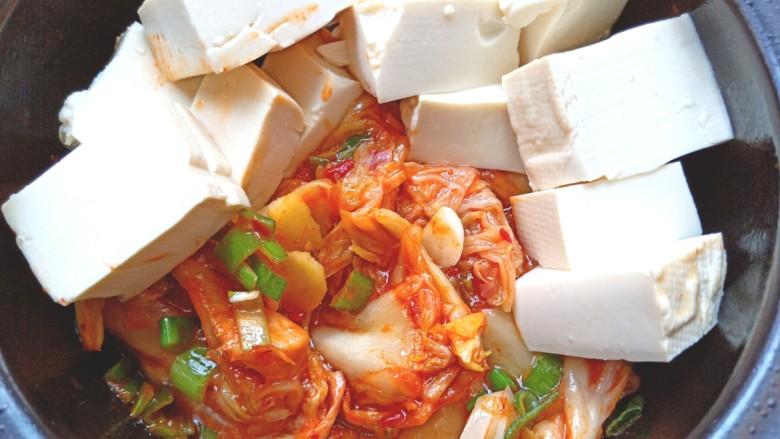 辣白菜鱼片豆腐煲,放入豆腐