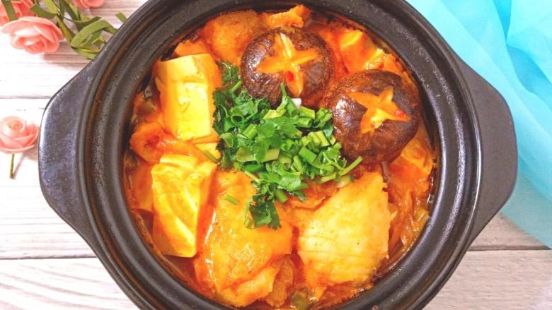 辣白菜鱼片豆腐煲,关火,撒上香葱,香菜碎