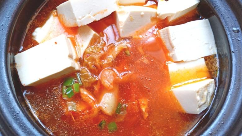 辣白菜鱼片豆腐煲,加入适量水