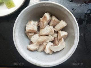 藜麦鸡胸沙拉,鸡胸肉切小块煮熟。