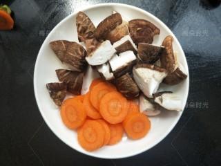藜麦鸡胸沙拉,香菇切小块。胡萝卜切片。