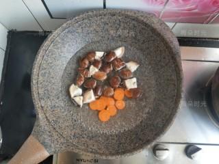藜麦鸡胸沙拉,焯水。先放香菇再放胡萝卜。