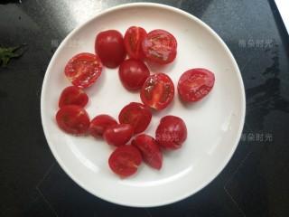 藜麦鸡胸沙拉,小番茄洗干净,对半切开。