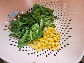 藜麦鸡胸沙拉,苦菊洗干净,控水,玉米粒罐头捞出一些,控水。