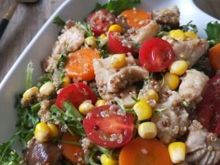 藜麦鸡胸沙拉,藜麦有塑身功能。藜麦不含胆固醇,食用后不会在有机体中形成脂肪,更不会造成体重增加,同时容易消化,又是有机食品,食用后有饱腹感。