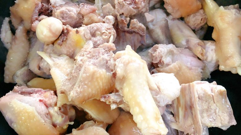 花菇炖鸡,放入鸡翻炒