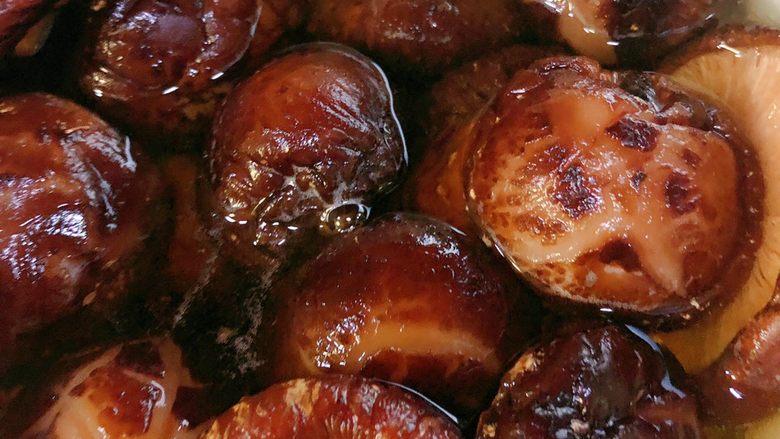 花菇炖鸡,加花菇,连同泡花菇的水一起到入