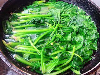 蒜蓉菠菜,锅中烧开水放入一点点碱焯水后的菠菜更加翠绿菠菜焯水时间不要过长刚刚变色即可